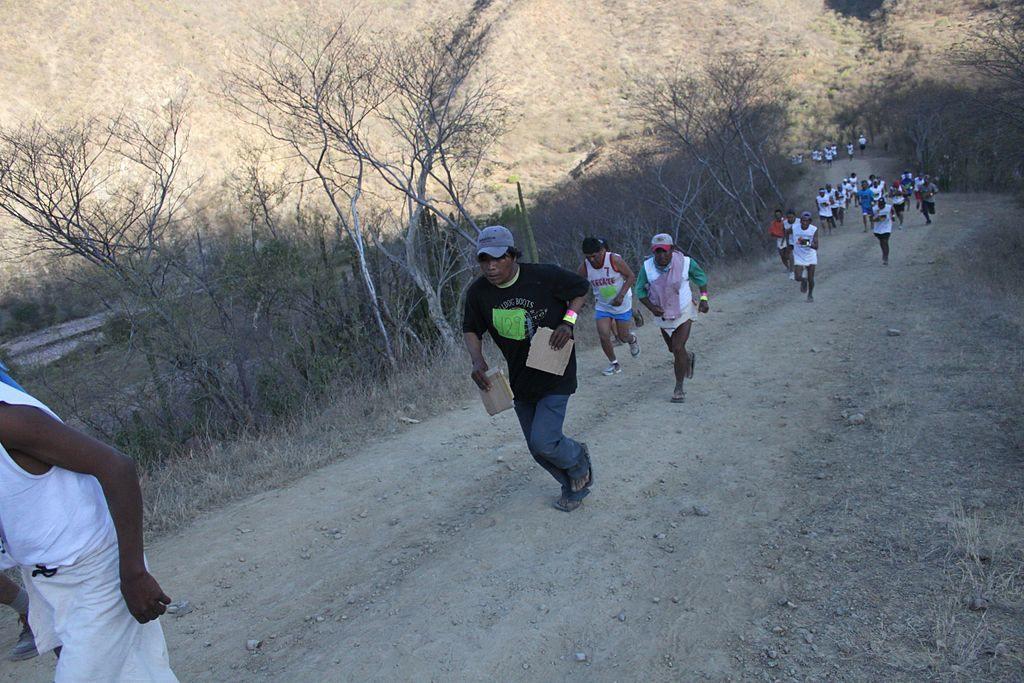 Biegacze zplemienia Tarahumara, biegający jedynie wcharakterystycznych, własnoręcznie robionych sandałach