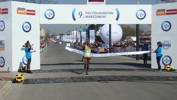 Kenijczyk Victor Kipchirchir jako pierwszy przebiega metę, kończąc półmaraton wnajlepszym dotychczas odnotowanym napolskich ziemiach czasie