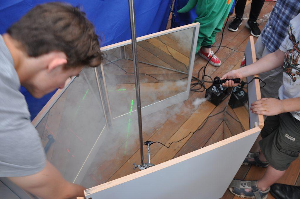 Pokaz propagacji promieni laserowych wtunelu zluster.