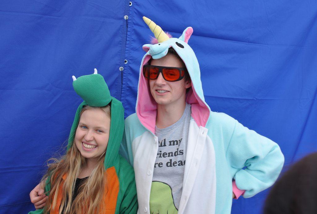 Dodatkową atrakcją dla dzieci było dwoje uczniów przebranych zadinozaura ijednorożca.