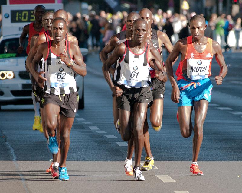 Czołówka Berlin Marathon 2012. Zwycięzcą został Kenijczyk Geoffrey Mutai (poprawej).
