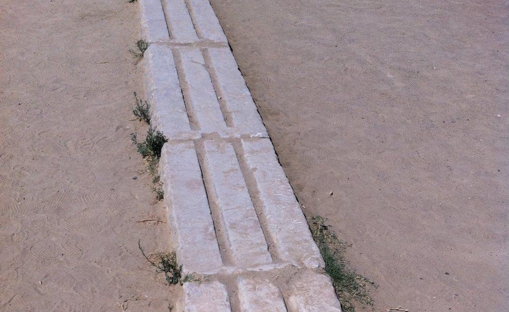 Kamienne bloki startowe nastarożytnym stadionie olimpijskim.